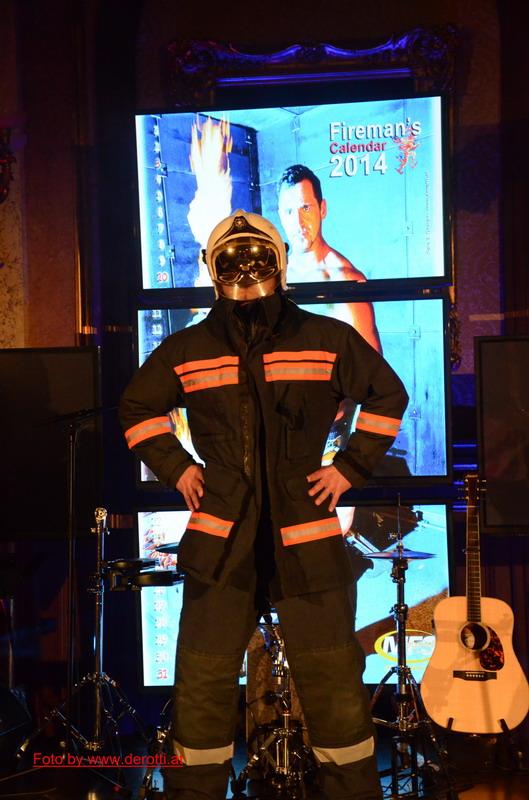 Wiener Feuerwehr Kalender - Mr. August on stage